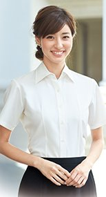 en joie(アンジョア) 06135 首元をきれいにみせ優美なシルエット半袖シャツ 無地 93-06135