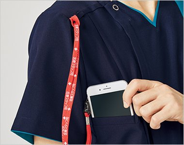 重みを分散する独自設計の携帯電話収納ポケット。右肩に携帯電話のストラップを結びつけられるループ付きで、首にストラップをかけずに携帯電話を持ち運びできます。