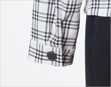 袖口の黒ボタン