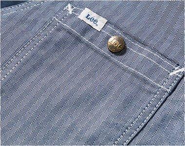 Leeロゴ入りのオリジナルボタンのついた左胸ポケット
