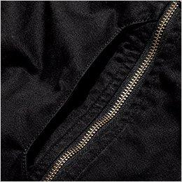 胸ビブポケットは、収納性にも優れた遊び心あふれる縦型デザイン
