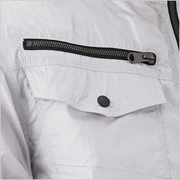 右胸 フラップポケットとファスナーポケットで収納力抜群のツインポケット