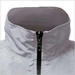 あえて高くした襟が風を効率的に導き、首回りの冷感・爽快感をアップ