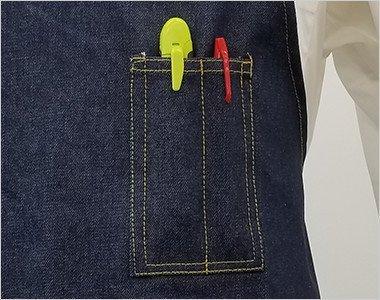 左胸にペン差しポケットが2つあり、ペンとカッターなどが収納できます