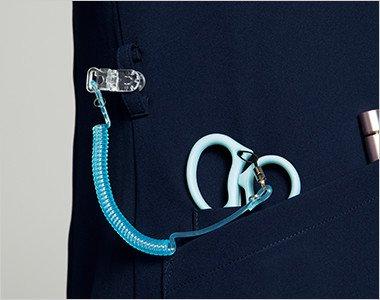 右脇にはカラビナループとポケットはデザイン性の高いクロスダブルポケット