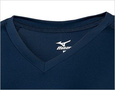 MZ-0134 ミズノ(mizuno) アンダーウェア(女性用)スクラブインナー七分袖 スクラブの襟ぐりから見えにくいVネックタイプ かがんだ時も胸元が見えにくいフィット感です。