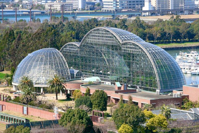 大な半円のガラス張りドームが3 つ連なったエキゾチックな景観