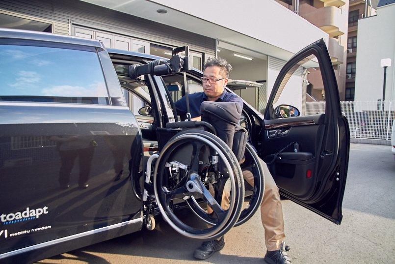 車いすユーザーが一人で乗り降りから運転までできるようにカスタマイズした メルセデス・ベンツSクラス