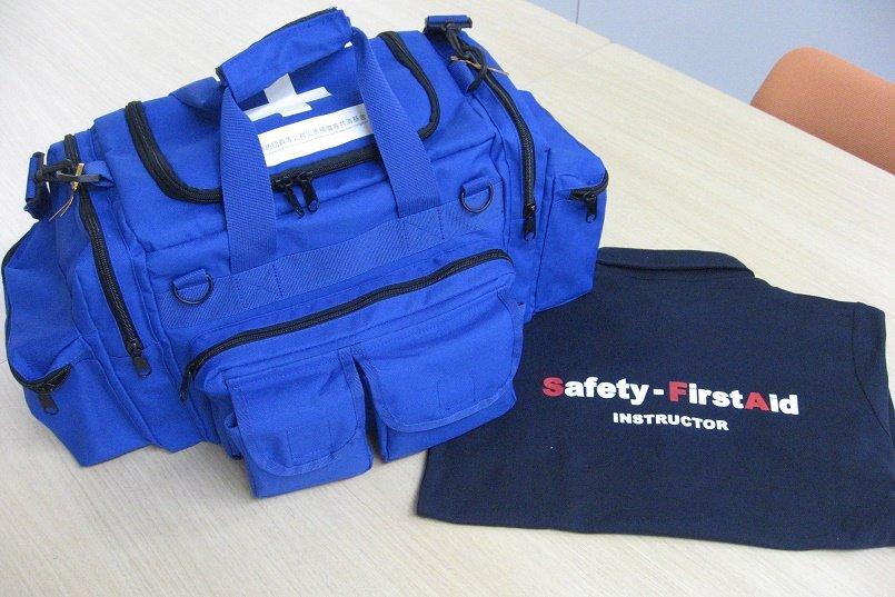 救急バッグの色に合わせて青系の3色を選択